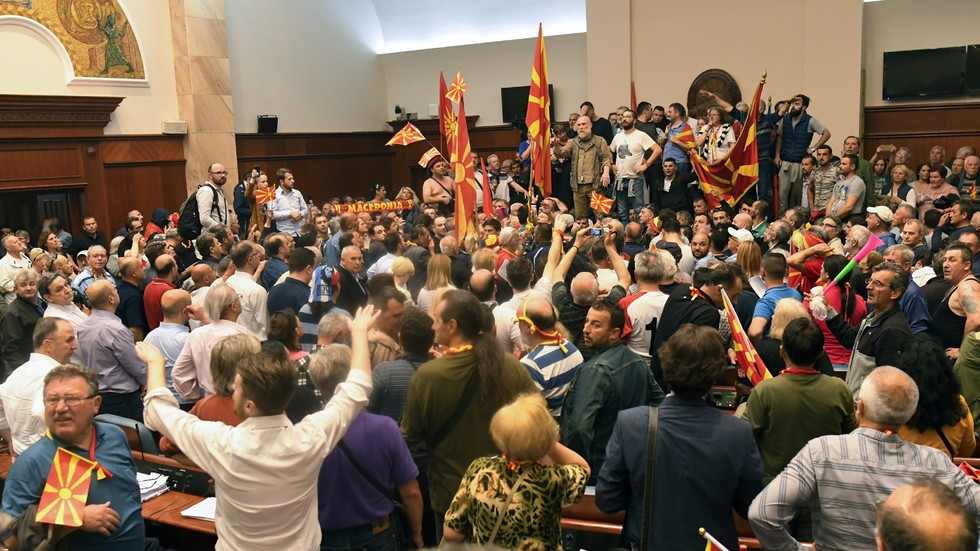Протестиращи щурмуваха парламента в Скопие