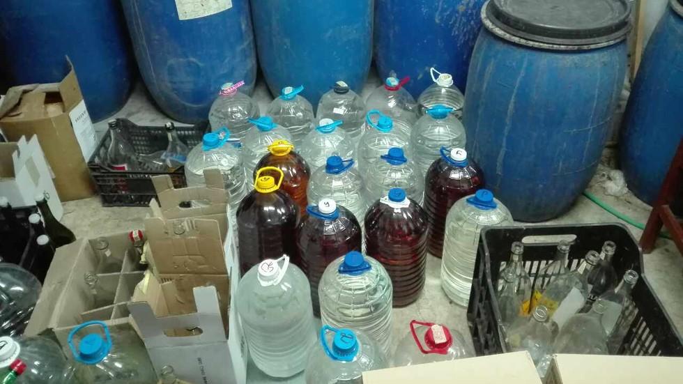 Задържаха 1658 литра алкохол от две заведения на Черноморието
