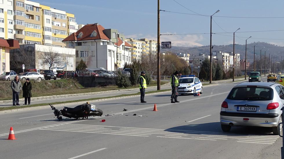 Трима ранени, след като непълнолетен моторист се блъсна в кола