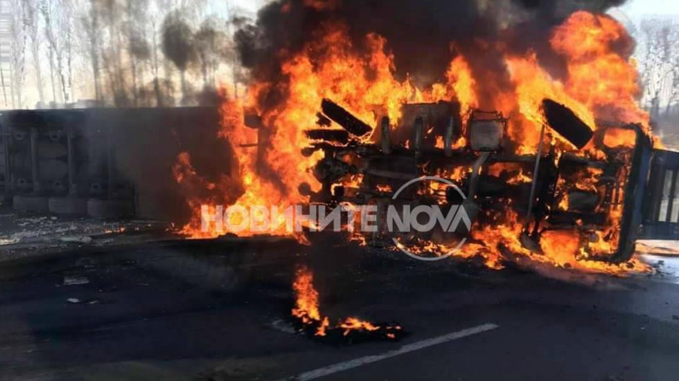 Тир се преобърна и запали на изхода на София