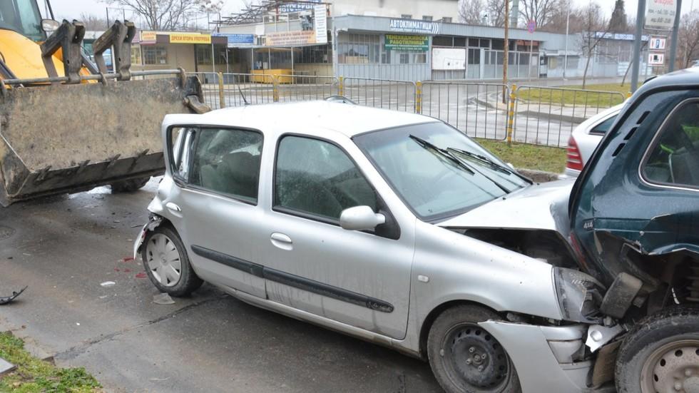 "Багер и 7 коли се удариха на бул. ""Христо Смирненски"" във Варна"