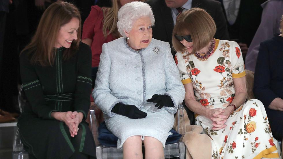 ЗА ПРЪВ ПЪТ: Елизабет II присъства на Седмицата на модата