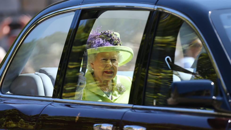 """Кралицата, принц Чарлз, Камила, майката на булката пристигнаха в """"Уиндзор"""""""