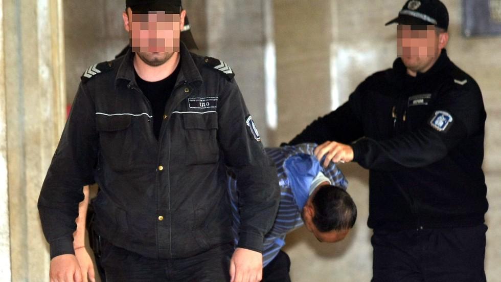 Обвиненият в блудство с ученички остава в ареста