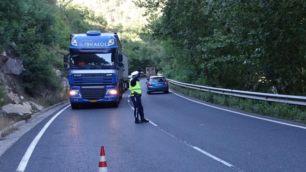 Камион с домати се разби в скала, има ранени