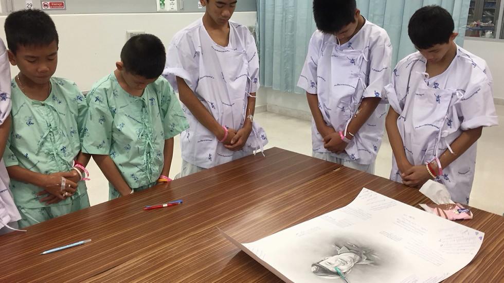 Как спасените деца от Тайланд почетоха паметта на загиналия в пещерата водолаз?