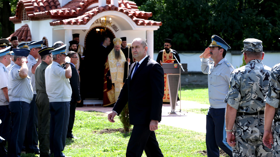 """Президентът присъства на освещаването на параклис в авиобаза """"Граф Игнатиево"""""""