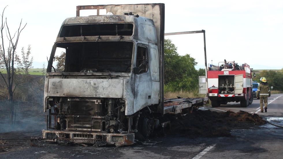 Камион се запали в движение