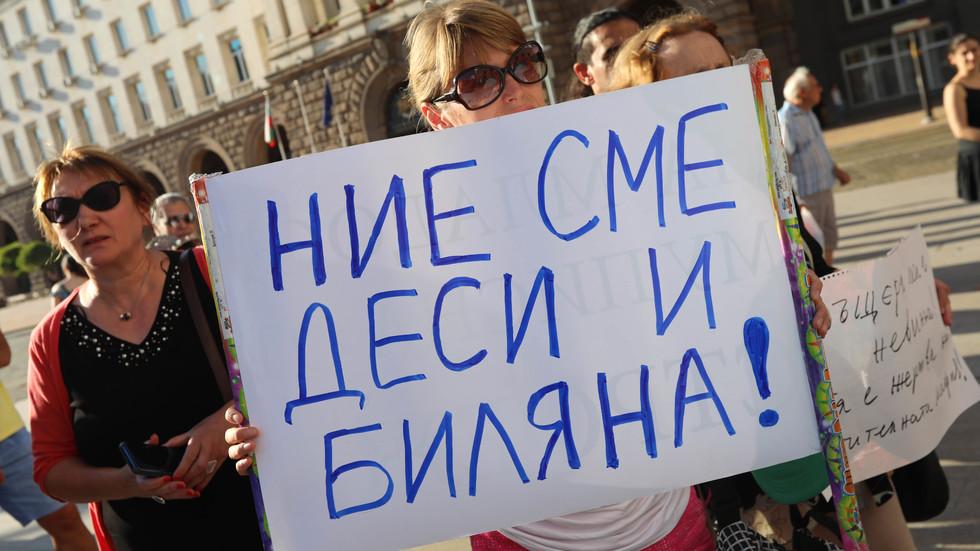 В ПОДКРЕПА НА ИВАНЧЕВА: Протестиращи се събраха пред МС