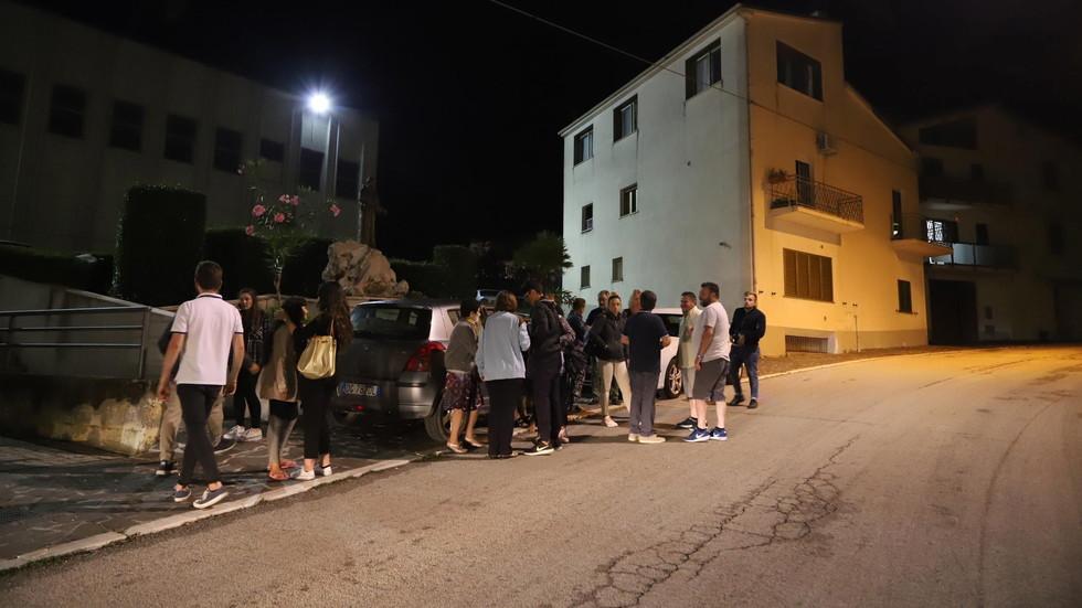 Притеснени италианци спаха на открито след девет труса