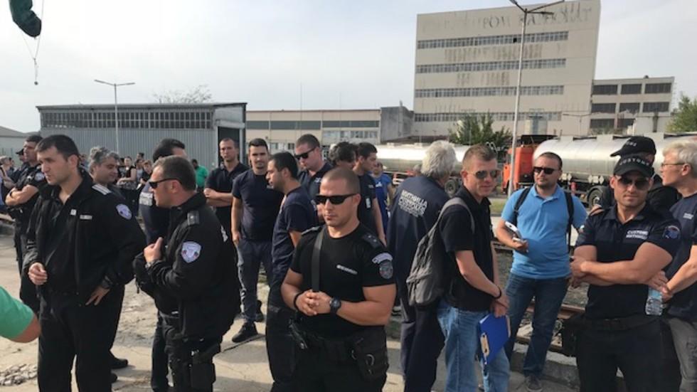 Запечатаха заводите на Миню Стайков, работниците на протест