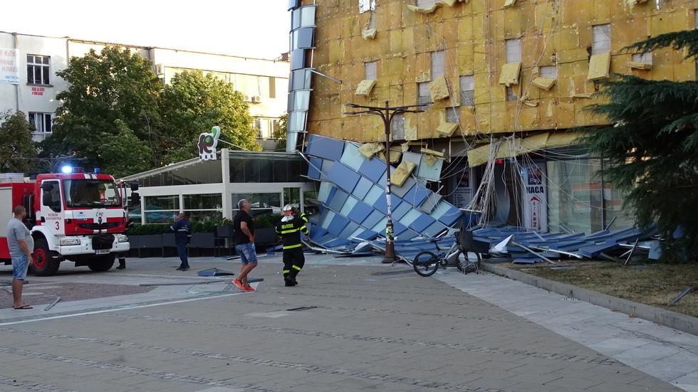 Вятърът събори фасадата на мол в Благоевград