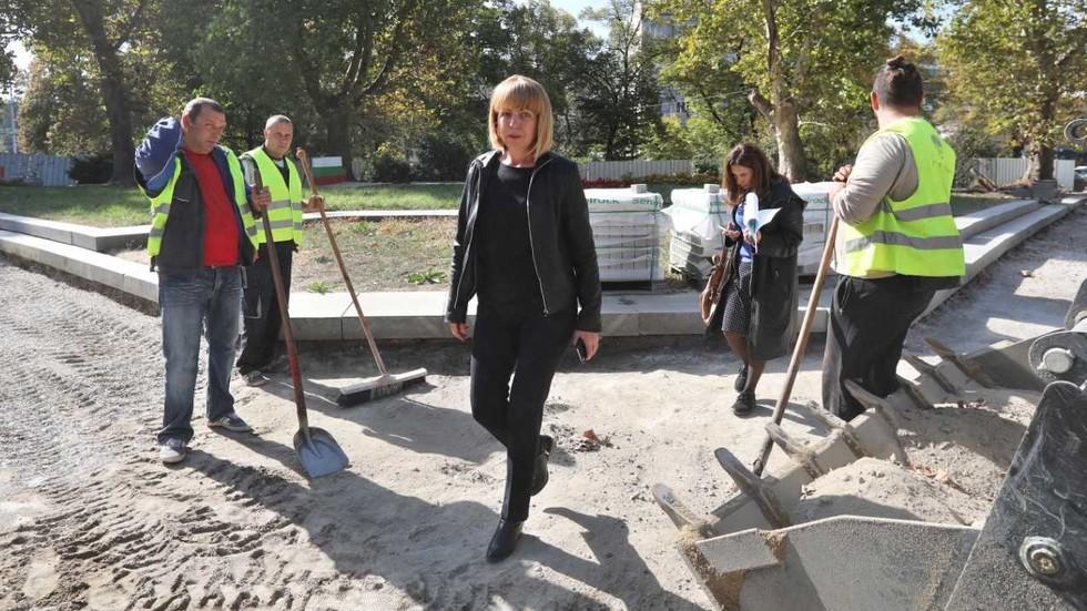 Кметът на София провери ремонта в градинката срещу Софийския университет