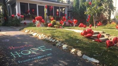 Съседи оставиха 101 балона в двора на болна жена