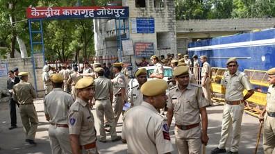 Индийски гуру, обявил се за богочовек, осъден за изнасилване