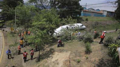 Самолет се разцепи при кацане