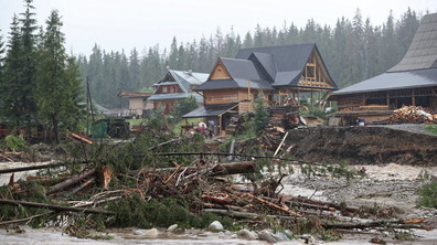 Бури с ураганни ветрове и проливни дъждове връхлетяха Полша