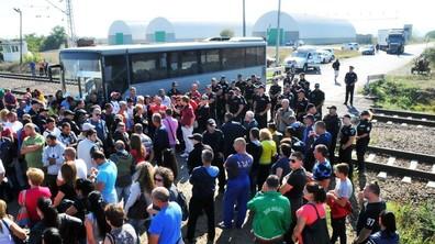 """Работници от """"Винпром Карнобат"""" блокираха жп линията Бургас-София"""
