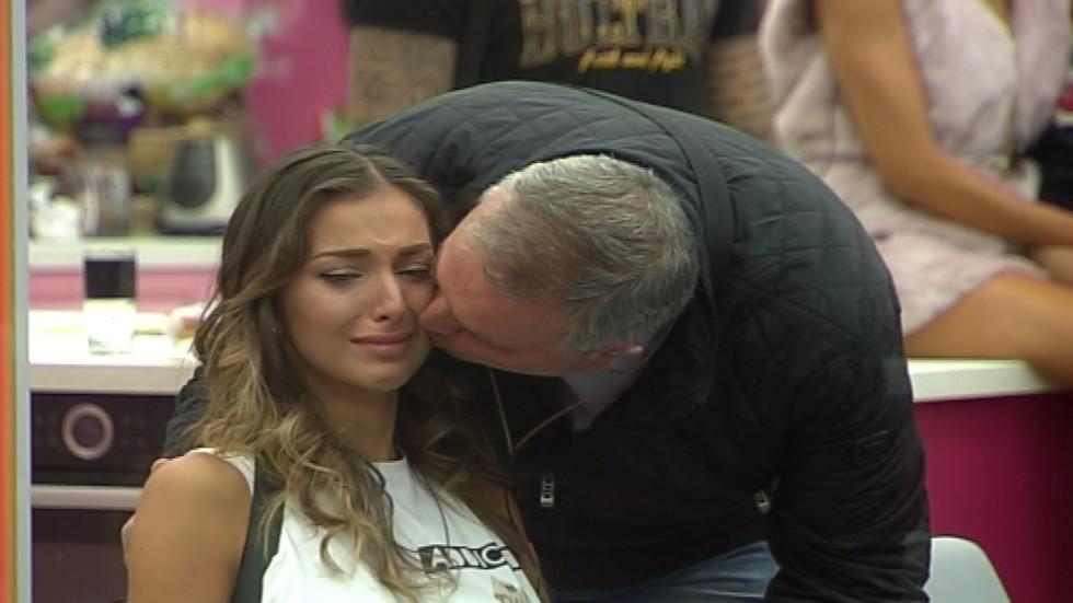 Алекс се среща с баща си за първи път след сватбата