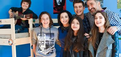 """Малките актьори от """"Ние, нашите и вашите"""" са звезди в училище"""